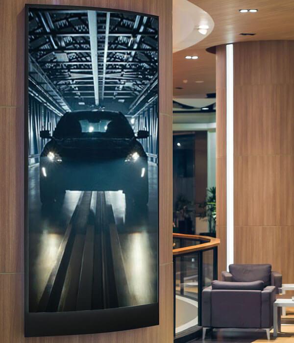 Digital Signage skärm monterad i hotell lobby