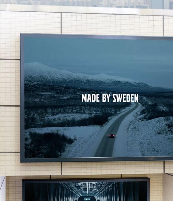 Digital Signage skärm monterad på vägg utomhus