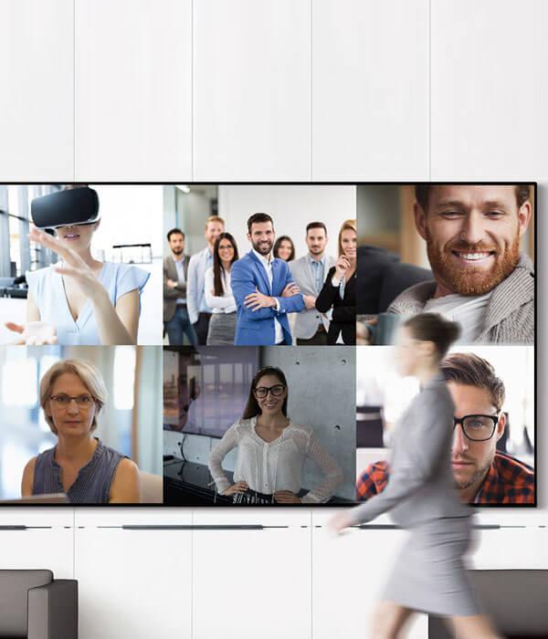 Digitalt mötesrumsskärm monterad på vägg