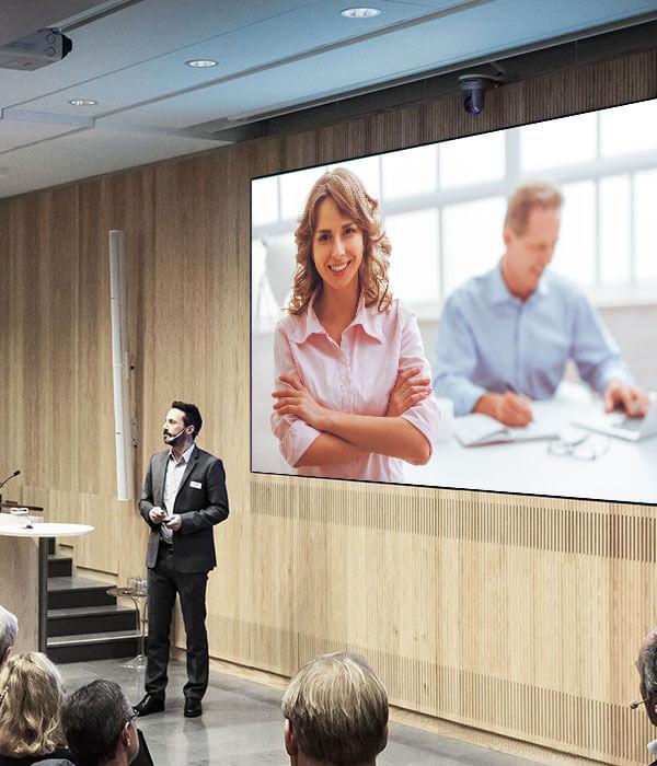 Digital mötesrumsskärm monterad i hörsal