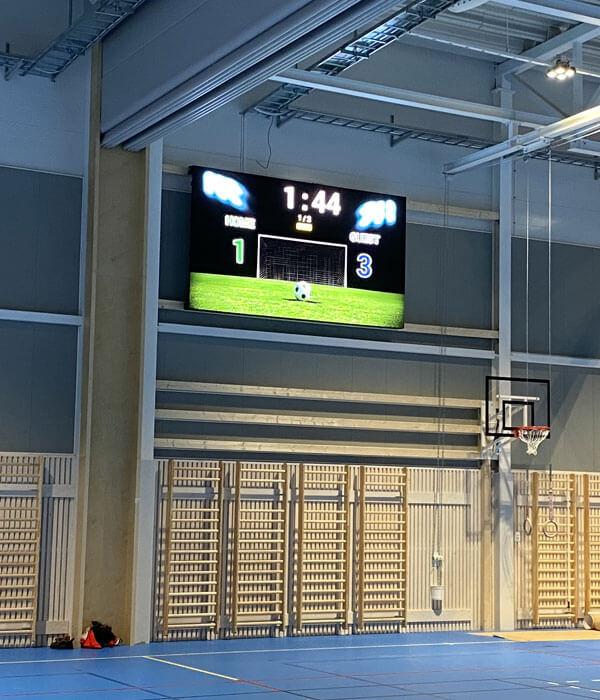 Sportskärm monterad i idrottshall